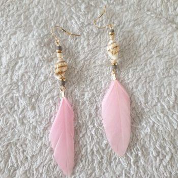 schelp veren oorbellen roze